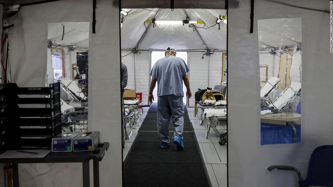ویروس کرونا ویروس ایالات متحده: فرمانداران اقدامات جدید سختگیرانه ای را اعلام می کنند زیرا ایالات متحده گزارش داده است که خیره کننده Covid-19 بیش از 184000 مورد روزانه است
