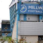 هواداران بازیکنان Millwall boo هنگام بازگشت به ورزشگاه زانو می گیرند